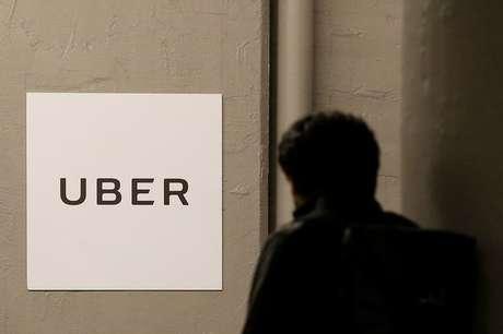 Homem passa diante de escritório do Uber em Nova York, Estados Unidos 2/02/2017 REUTERS/Brendan McDermid