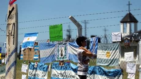 Em base naval de Mar del Plata, parentes e moradores estão deixando mensagens e símbolos de esperança e apoio pelos desaparecidos