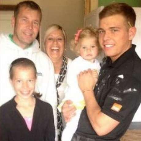 Jordan, meio-irmão de Ellie que cometeu suicídio, com Brian e a madrasta em 2014 | Foto: Ellie Wilkie