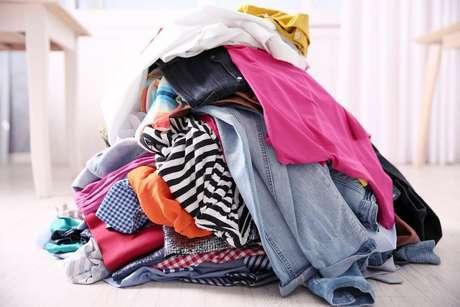 Tente sempre guardar as roupas e não deixar que acumulem em algum canto da sua casa