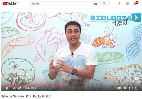O ex-professor de cursinhos Paulo Jubilut ensinando no YouTube | imagem: YouTube - reprodução