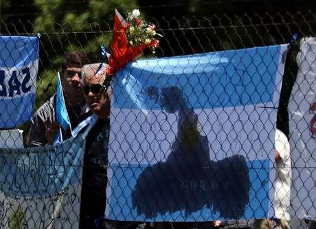 Flores e bandeiras são colocadas em cerca na base naval argentina em Mar del Plata 25/11/2017    REUTERS/Marcos Brindicci