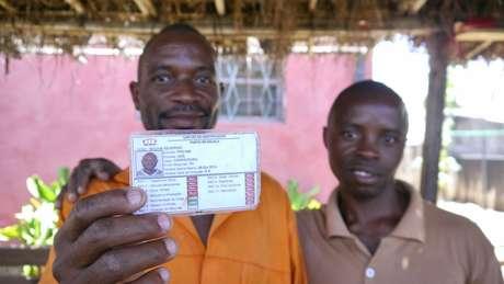 Bachir Severino mostra seu cartão de identificação da OAS, ao lado do colega Ricardo Benjamim; eles trabalharam nas obras do porto de carvão da Vale | Foto: Amanda Rossi/BBC Brasil