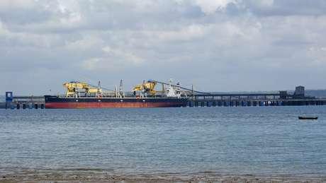 Navio é abastecido no porto da Vale, em Nacala, com o carvão extraído na região de Moatize; é o maior negócio do Brasil na África | Foto: Amanda Rossi/BBC Brasil