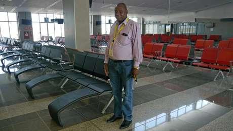 Diretor do Aeroporto de Nacala, Jeronimo Tambajane administra uma moderna estrutura de aviação, mas faltam voos e passageiros | Foto: Amanda Rossi/BBC Brasil