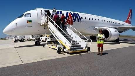 Aeronave Embraer 190 faz a única rota comercial do Aeroporto de Nacala; empresa admitiu ter pagado propina para fechar a venda | Foto: Amanda Rossi/BBC Brasil