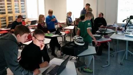 Inversão de papéis: professores sentados nas carteiras e alunos em volta dando aulas | Foto: Divulgação