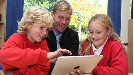 'É maravilhoso ter crianças de até dez anos de idade dando aulas de tecnologia aos nossos professores, e os resultados têm sido surpreendentes', diz o diretor de uma escola | Foto: Divulgação