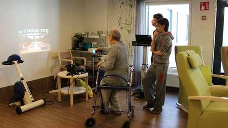 Adolescentes também ensinam jogos virtuais para idosos | Foto: Divulgação