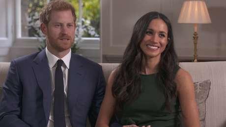 Harry e Meghan em entrevista à BBC após anunciarem o noivado; ele contou que fez o pedido de casamento quando eles preparavam um frango assado para jantar