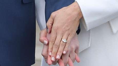 O anel de noivado de Meghan foi desenhado por Harry, usando um diamante que era da princesa Diana e um que ele comprou na África, onde o casal passou férias