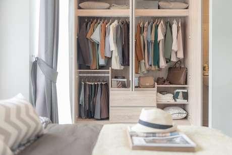 Liberar espaço é uma forma de deixar seu guarda-roupas sempre organizado