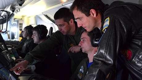 Membros da Marinha dos EUA fazem buscas por submarino argentino  26/11/2017      Divulgação