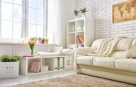 A sala é o cômodo que você reúne família e amigos, por isso, mantê-la em ordem traz mais conforto