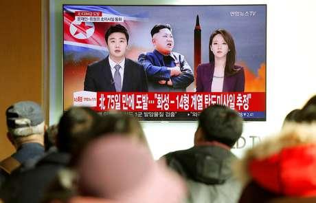 Pessoas assistem reportagem sobre novo teste de míssil balístico intercontinental (ICBM) da Coreia do Norte, em Seul, Coreia do Sul 29/11/2017 REUTERS/Kim Hong-Ji