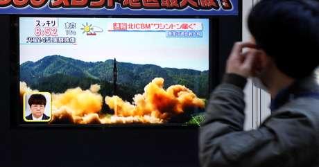 Homem observa reportagem sobre teste de míssil da Coreia do Norte, em Tóquio, no Japão 29/11/2017 REUTERS/Toru Hanai