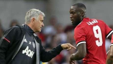 A divertida reação de Mourinho ao golaço de Young — VÍDEO
