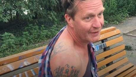 Hasselbach ainda tem tatuagens da época em que defendia o nazismo