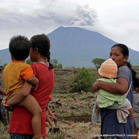 Cinzas de vulcão mantêm aeroporto de Bali fechado pelo segundo dia