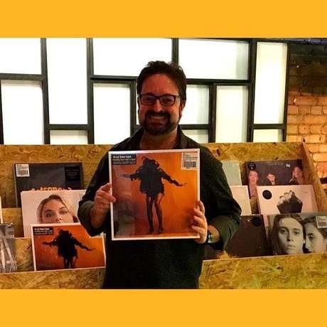 DJ e jornalista, Roberto Maia, em uma loja de discos, em Londres