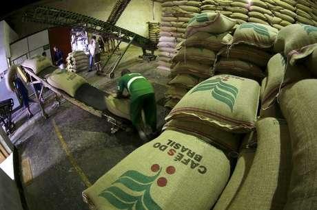 Trabalhador descarrega sacas de 60 kg de café para exportação em armazém em Santos, no Brasil 10/12/2015 REUTERS/Paulo Whitaker