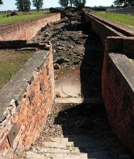 Ruínas da câmara de gás e do crematório 3 - entrada para o vestiário | Foto: Auschwitz.org