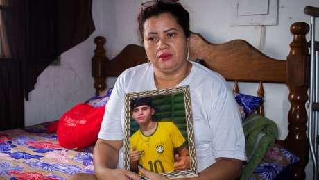 A estudante de direito Patrícia Gusmão usou as redes sociais para investigar o paradeiro do assassino de seu filho (Foto: Emanoele Daiane/BBC Brasil)