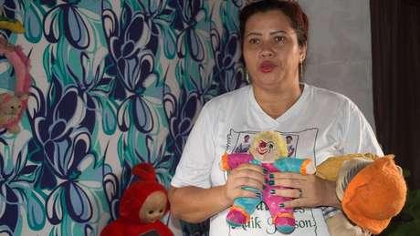 Patrícia Gusmão rastreou o Facebook de familiares do assassino de seu filho e ajudou a polícia a encontrar o criminoso (Foto: Emanoele Daiane/BBC Brasil)