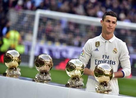 Cristiano Ronaldo já tem quatro Bolas de Ouro (2008, 2013, 2014 e 2016) (Foto: GERARD JULIEN / AFP)