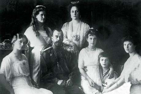 A família real Romanov: da esq. para a dir.: Olda, María, o czar Nicolás 2º, a czarina Alejandra, Anastasia, Alexéi e Tatiana