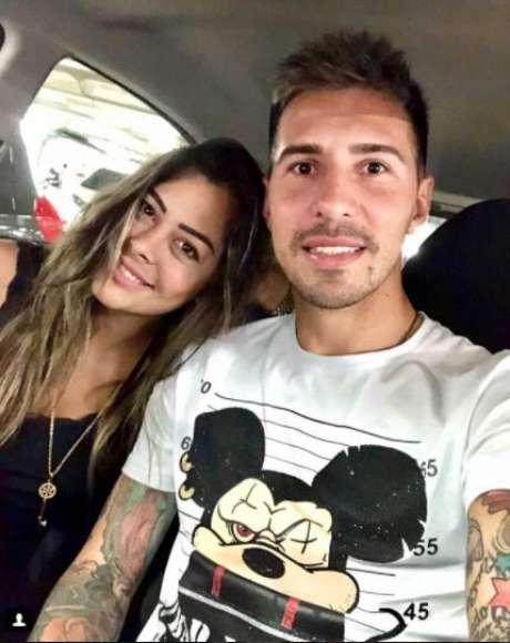 Jogador é namorado de Larissa Riquelme, musa da Copa de 2010