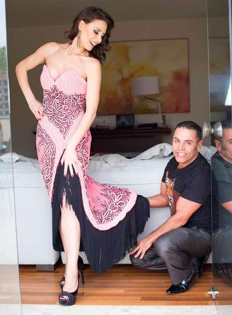 A apresentadora da RecordTV com o estilista Edson Eddel: dia de formanda.