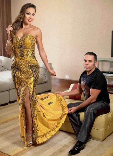 A bailarina do 'Domingão do Faustão' com o designer de vestidos: moda para brilhar.
