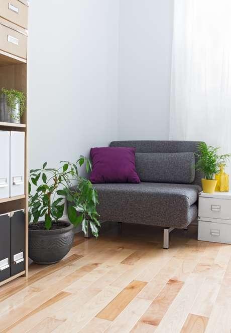 Almofadas, mantas, colchas e quadros são algumas sugestões para investir nos tons do ano e trazer boas vibrações em seu entorno.