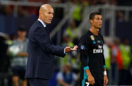 Técnico do Real Madrid, Zinedine Zidane, ao lado do atacante Cristiano Ronaldo durante final da Supercopa da Europa em Skopje, na Macedônia 08/08/2017 REUTERS/Ognen Teofilovski