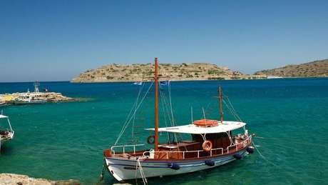 Spinalonga (ao fundo), tornou-se uma colônia para leprosos quando Creta tornou-se parte da Grécia, em 1913