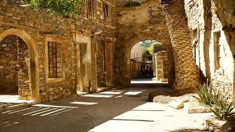 Ruínas de uma rua residencial da ilha, cuja história foi romantizada em livro de Victoria Hislop