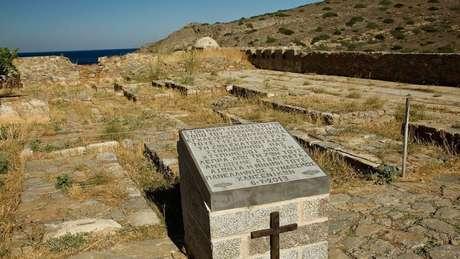 Um pequeno cemitério marca o local de repouso das vítimas da lepra