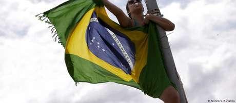 Brasileiros se mostraram bastante equivocados em temas como gravidez na adolescência e acesso a smartphones