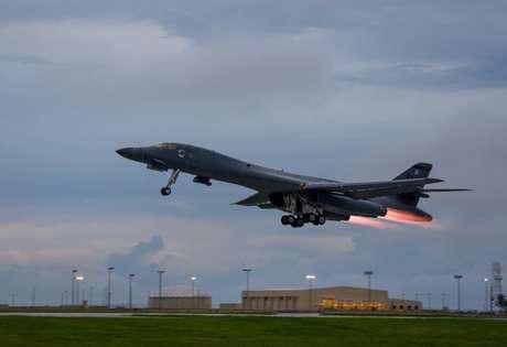 Foto de divulgação de um bombardeiro norte-americano B-1B  10/10/2017  Staff Sgt. Joshua Smoot/Força Aérea dos EUA/Divulgação via REUTERS