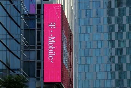 Logo da T-Mobile em prédio de Los Angeles, Estados Unidos 11/05/2017 REUTERS/Mike Blake