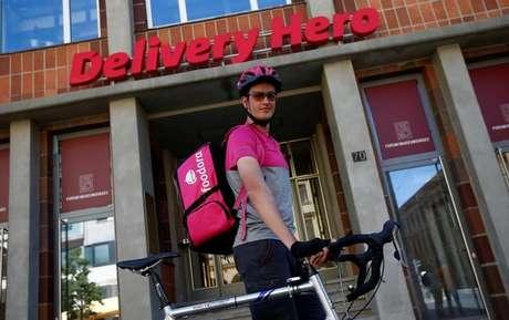 Funcionário da Delivery Hero diante de sede da empresa em Berlim, Alemanha 2/06/2017 REUTERS/Fabrizio Bensch