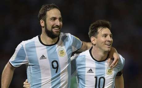 Higuaín e Messi são amigos fora de campo (Foto: AFP)