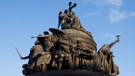 Monumento em Novgorod tem o príncipe Kurik no alto de uma legião de monarcas