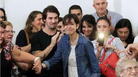 Adriana (no centro) deu uma emotiva coletiva de imprensa em Buenos Aires contando ter encontrado a família de quem foi retirada em 1977 por agentes da ditadura argentina