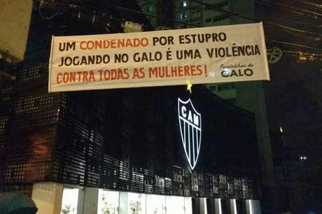 """""""Um condenado por estupro jogando no Galo é uma violência contra todas as mulheres"""", dizia faixa estendida pelo grupo Feministas do Galo."""