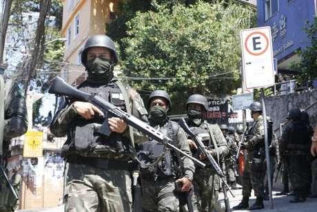 Rio de Janeiro - Forças Armadas voltam à Rocinha para auxiliar a polícia em buscas no entorno da comunidade -