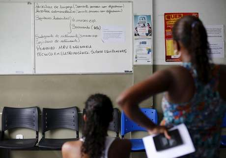 Mulher desempregada observa quadro com oportunidades de emprego em Itaboraí, Rio de Janeiro 31/03/2015 REUTERS/Ricardo Moraes