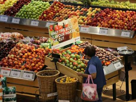 Mulher faz compras em supermercado em Ontário, no Canadá  28/07/2017  REUTERS/Chris Helgren