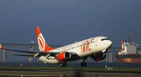 Avião da Gol decola do Aeroporto Santos Dumont no Rio de Janeiro 15/12/2014 REUTERS/Pilar Olivares